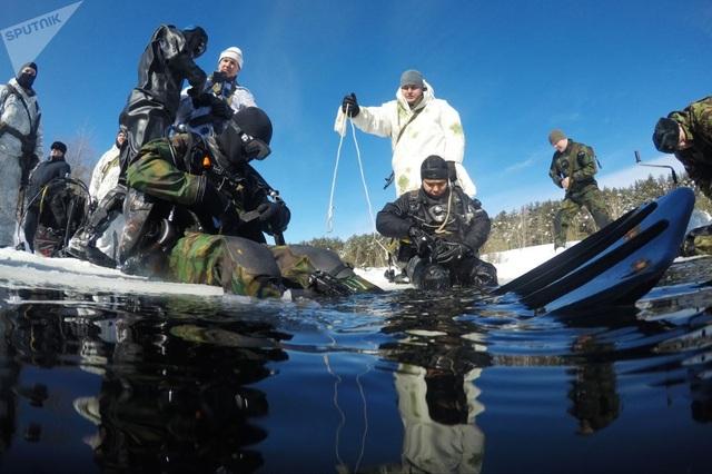 Các binh sĩ thuộc lực lượng đặc nhiệm tinh nhuệ của Vệ binh Quốc gia Nga phải tham gia hàng loạt cuộc tập trận và huấn luyện tác chiến để năng cao năng lực. Tập lặn dưới hồ nước lạnh với lớp băng trên bề mặt là một trong số các bài tập của lực lượng đặc nhiệm Nga ở vùng Moscow.