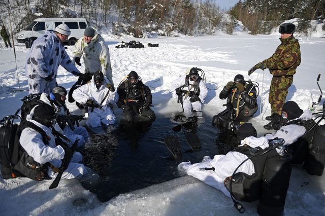 Các binh sĩ thuộc Vệ binh Quốc gia Nga có khả năng chiến đấu thiện nghệ dưới nước với sự hỗ trợ của các trang thiết bị và vũ khí đặc biệt.