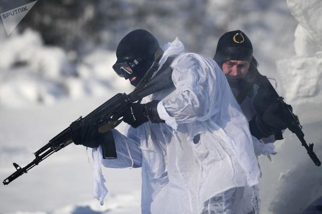 Các đơn vị thuộc Vệ binh Quốc gia Nga được giao nhiệm vụ bảo vệ biên giới, thực thi lệnh kiểm soát súng, chống khủng bố và tội phạm có tổ chức, bảo đảm trật tự công cộng. Ngoài ra, lực lượng này cũng có trách nhiệm bảo vệ các cơ sở trọng yếu của Nga.