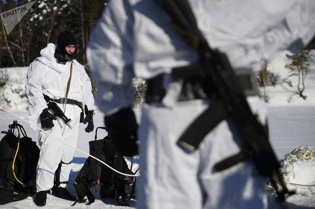 Các binh sĩ Nga mặc trang phục đặc biệt để thực hiện các bài tập dành cho hoạt động bơi lặn tác chiến ở vùng Moscow trong điều kiện thời tiết giá lạnh. Lặn dưới nước lạnh cũng có thể gây nguy hiểm cho họ.