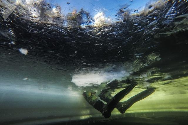 Các binh sĩ sẽ khảo sát một vùng nước bằng cách sử dụng thiết bị điều khiển từ xa và thử nghiệm các thiết bị liên lạc dưới nước mới nhất trong khi ngâm mình dưới hồ nước đóng băng.