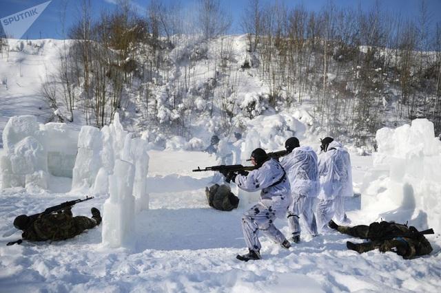 Một nhóm binh sĩ ngoi lên từ hồ băng để tiêu diệt quân địch bằng các vũ khí đặc biệt giả định trong cuộc huấn luyện ở vùng Moscow.