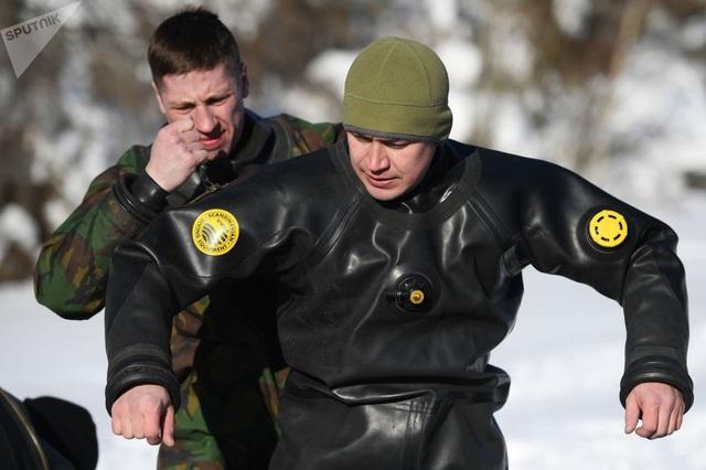 Nhóm thợ lặn đặc nhiệm của Nga thực hiện các bài tập huấn luyện cả dưới nước và trên cạn. Vệ binh Quốc gia Nga là lực lượng độc lập với sứ mệnh trực tiếp bảo vệ an ninh trong lãnh thổ Nga.