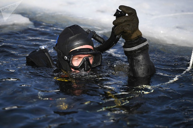 Nhóm lặn sử dụng bình dưỡng khí khi huấn luyện dưới hồ băng. Vệ binh Quốc gia Nga quy tụ nhiều quân nhân tinh nhuệ. Họ được chia thành các nhóm tác chiến khác nhau để thực thi các nhiệm vụ riêng biệt.