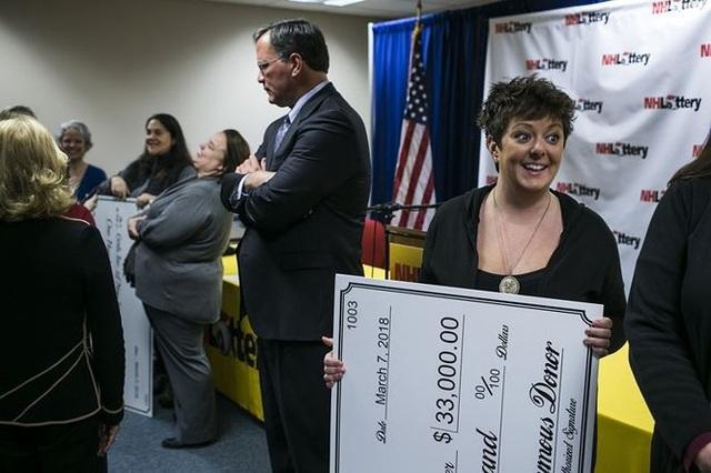 Buổi lễ trao tiền từ thiện do người phụ nữ giấu tên uỷ thác cho luật sư tổ chức. Ảnh: AP