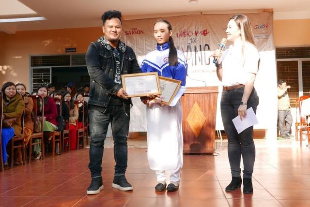 Ca sĩ - nhạc sĩ Ygria Ri trao học bổng cho em học sinh hiếu học trong chương trình.