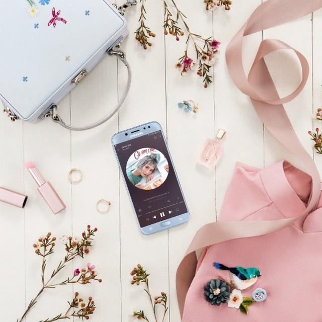 """Galaxy J7 Pro hiện đang thống lĩnh bảng xếp hạng top smartphone bán chạy nhất hàng tháng.Samsung đã làm rất tốt trong việc lắng nghe và thấu hiểu nhu cầu người dùng khi tung ra mẫu smartphone mà giới trẻ hay người nổi tiếng như Isaac, Soobin Hoàng Sơn hay Min St19 đều yêu thích và tin dùng… Model này cũng đáp ứng đầy đủ nhu cầu giải trí của học sinh, sinh viên; trao đổi công việc của dân văn phòng; liên lạc video call hay đọc báo của người già… Những thương hiệu khác muốn chen chân, cũng khó lòng lật đổ được vị thế số một của """"đế chế Galaxy J7"""" trong phân khúc tầm trung."""