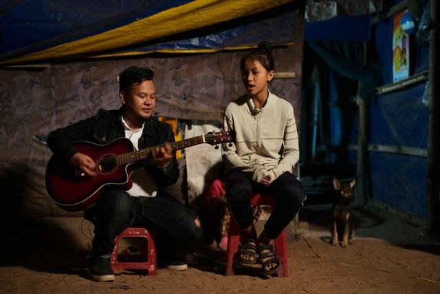 Nhạc sĩ - ca sĩ Ygria Ri chia sẻ ước mơ trở thành ca sĩ cùng em Lê Thị Thu Thảo, học sinh lớp 9A - trường THCS Võ Thị Sáu - Krong Na - huyện Buôn Đôn - Đắk Lắk.