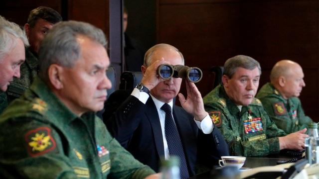 Tổng thống Putin dùng ống nhòm theo dõi một cuộc tập trận của Nga (Ảnh: RT)