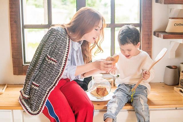 Càng lớn bé Henry càng ra dáng một hot boy nhí thứ thiệt, cậu bé tinh nghịch và quấn quít mẹ trong suốt quá trình chụp ảnh.