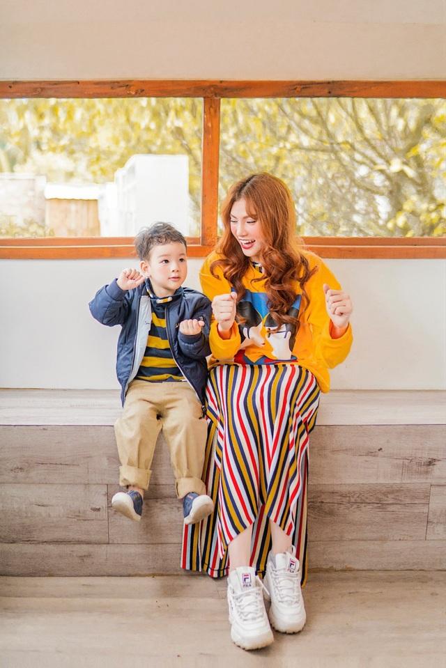 Nhân dịp 8/3, Thu Thủy đã quyết định thực hiện một bộ ảnh ghi lại những khoảng khắc đáng yêu nhất của 2 mẹ con với những bộ trang phục bắt mắt đầy màu sắc.