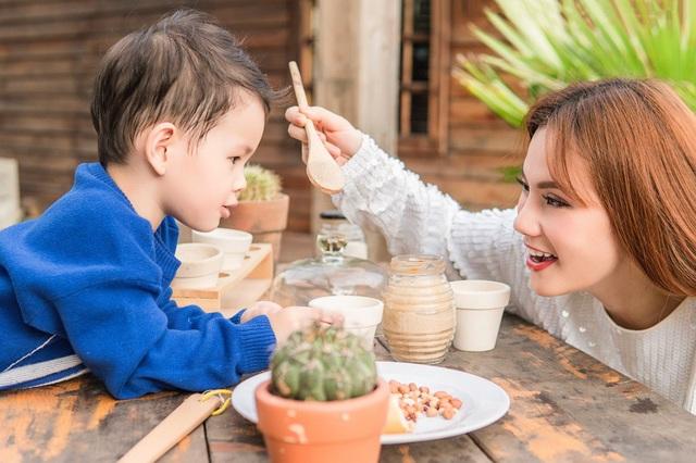 Thu Thủy cũng tiết lộ thêm cô đang trong quá trình thực hiện một ca khúc mới hát riêng cho con trai cưng của mình và sẽ cho ra mắt vào đúng dịp sinh nhật 3 tuổi của con trai. (Ảnh: Uyên Võ)
