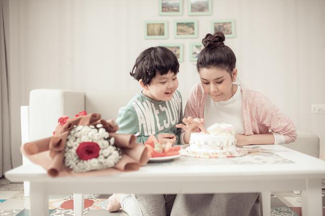 Những khoảng khắc đáng yêu và tình cảm này là món quà mà Trương Quỳnh Anh muốn dành cho con trai của mình.