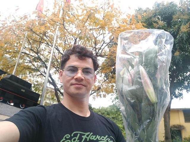 Xuân Bắc mua hoa ly về tặng vợ.