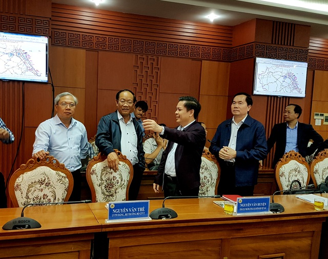 Ông Đinh Văn Thu (thứ 2 từ trái sang) – Chủ tịch tỉnh Quảng Nam trao đổi với Bộ trưởng Nguyễn Văn Thể (thứ 3 từ trái sang)