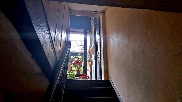 Cầu thang dẫn lên khu vực tầng 2 của căn nhà.