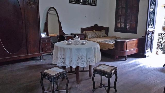 Đồ đạc trong phòng ngủ của mẹ bà Mô vẫn được giữ nguyên như ngày cụ còn sống. Theo bà Mô, căn phòng ngủ này có thể thông sang các phòng bên cạnh bằng hệ thống cửa thông phòng. Mặc dù sống cách đây gần 1 thế kỷ nhưng mẹ bà Mô đã có lối sống rất hiện đại. Nội thất phòng ngủ từ bàn phấn, tủ quần áo, giường ngủ đều được thiết kế theo phong cách Pháp.