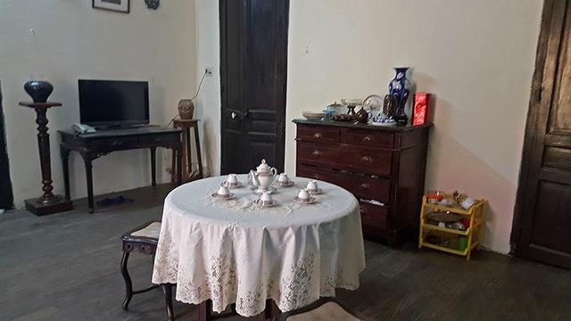 Ngoài ra, căn phòng còn được bố trí thêm bộ bàn ghế uống nước, kệ gỗ để bình hoa và chiếc tủ ngăn kéo. Bà Mô cho biết, chúng đều có tuổi đời bằng căn biệt thự.