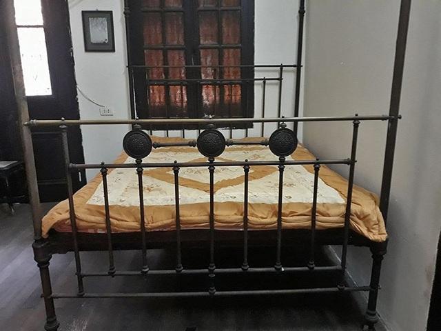 Bên trong căn phòng ngủ này được bố trí thêm một chiếc giường bằng đồng do cha bà Mô đặt mua từ bên Hồng Kông (Trung Quốc). Chiếc giường này có màn rủ bằng gấm nhung đẹp mắt. Sinh thời, mẹ bà Mô rất yêu quý chiếc giường này.