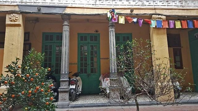 Cũng như nhiều biệt thự đương thời, biệt thự của gia đình bà Mô được quét vôi vàng, cửa sơn màu xanh.
