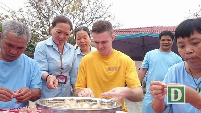 Cuộc thi bóc tỏi giữa các thủy thủ đoàn và người dân ở Trung tâm xã hội Đà Nẵng rất thú vị