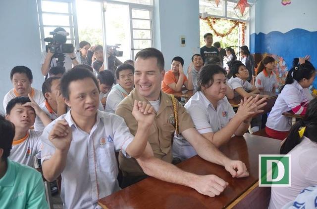 Nhiều thủy thủ chia sẻ xúc động và sẽ nhớ mãi kỷ niệm chuyến thăm các em nhỏ là nạn nhân chất độc da cam ở Đà Nẵng