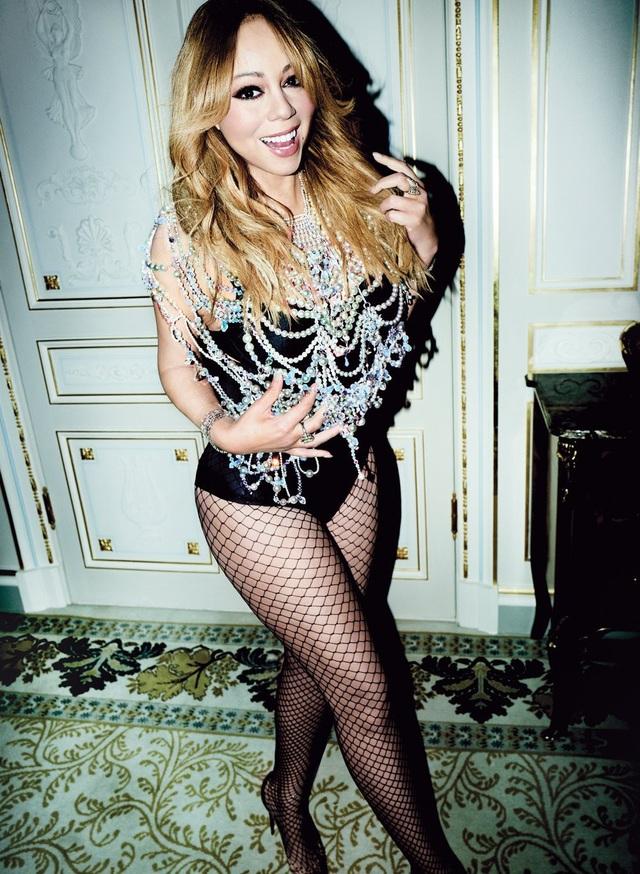 Nữ ca sỹ 48 tuổi khoe dáng vóc thon gọn trong những bộ đồ gợi cảm kết hợp nữ trang xa hoa đắt giá