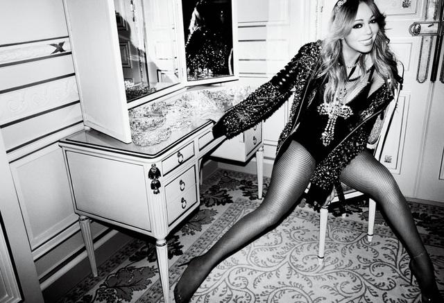 Hồi tháng 7, Mariah Carey đã vấp phải nhiều chỉ trích về việc ăn mặc quá gợi cảm trên sân khấu lộ thân hình đẫy đà