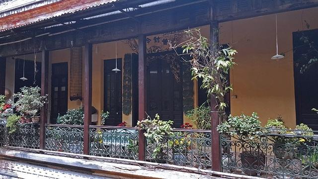 Nội thất biệt thự như sàn, cột, đồ dùng đều bằng gỗ lim. Phần diện tích gia đình bà Mô quản lý hầu như vẫn còn nguyên vẹn.