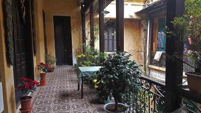 Tầng hai gồm các phòng ngủ, phòng thờ và ban công. Bà Trương Thị Mô cho hay, phòng làm việc và thư viện được bố trí ở tầng một. Căn biệt thự này có đặc điểm ấm áp vào mùa đông và mát vào mùa hè.