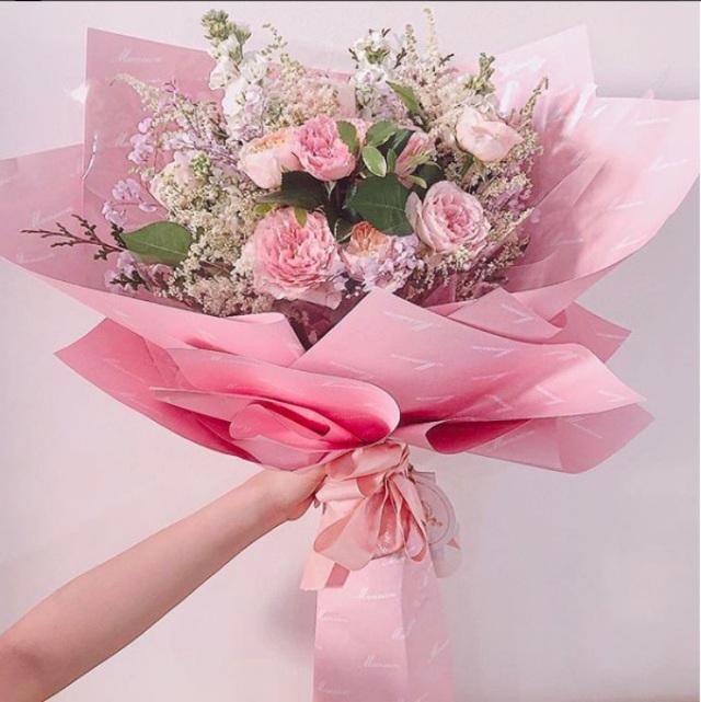 Angela Phương Trinh khoe bó hoa to và sang trọng mà cô nhận được trong ngày 8/3