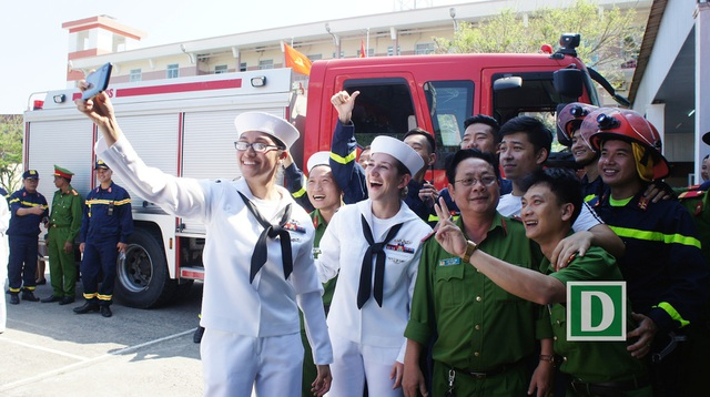 Thủy thủ đoàn giao lưu với cán bộ, chiến sĩ ở Sở Cảnh sát PCCC Đà Nẵng