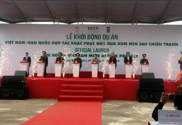 Các đại biểu bấm nút khởi động dự án hợp tác giữa Hàn Quốc và Việt Nam