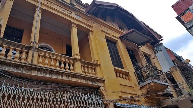 Theo bà Trương Thị Mô (SN 1924, Hàng Bè, Hoàn Kiếm, Hà Nội), căn biệt thự hơn 800 mét vuông được cha mẹ bà - vốn là chủ thầu có tiếng ở nhiều lĩnh vực - xây dựng từ năm 1925, khi bà mới lên 1 tuổi.