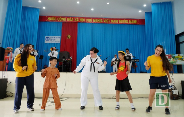 Các thành viên thủy thủ đoàn tàu sân bay Mỹ giao lưu văn nghệ với các em nhỏ ở làng trẻ SOS