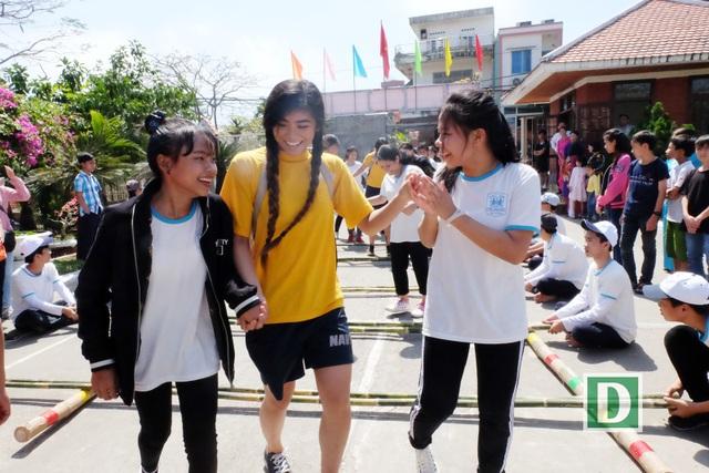 Thủy thủ đoàn cùng tham gia các trò chơi tập thể như đá bóng, nhảy sạp... với các em nhỏ ở Đà Nẵng
