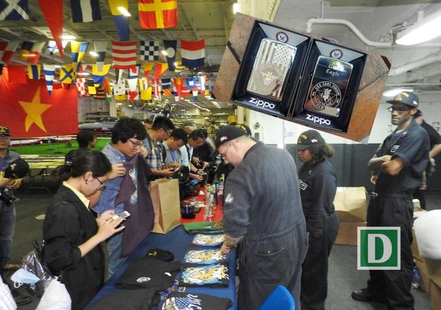 Đón tiếp các đoàn ở Đà Nẵng tham quan tàu sân bay, các thủy thủ tổ chức bán hàng lưu niệm. Bật lửa Zippo có giá 12 đô la Mỹ là món hàng đắt khách nhất. Có khoảng hơn 1.000 chiếc bật lửa đã được bán hết trong những ngày tàu neo đậu ở cầu phao số 0 ngoài Cảng Tiên Sa - Đà Nẵng.