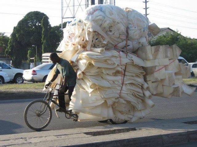 Nếu quan sát từ phía sau, ít ai có thể ngờ rằng, phương tiện đang tải đống xốp khổng lồ này lại chỉ là một chiếc xe đạp.