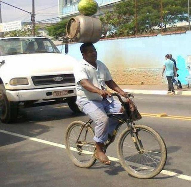 Đôi khi với công việc vận chuyển hàng hóa, các kỹ năng thăng bằng đến từ rạp xiếc cũng hết sức cần thiết.