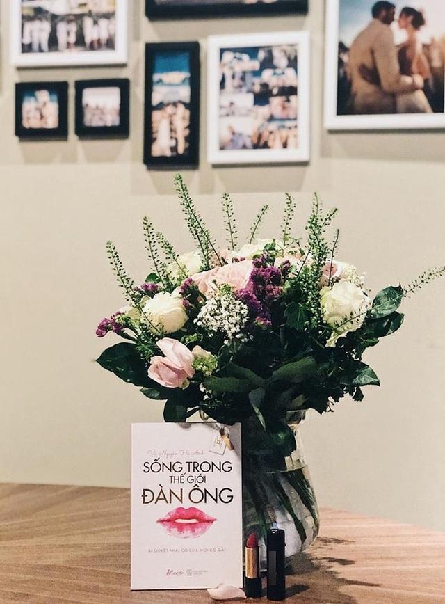 Siêu mẫu Hà Anh hạnh phúc khoe món quà của ông xã dành cho mình là hoa, cuốn sách cùng một thỏi son môi đỏ thắm.