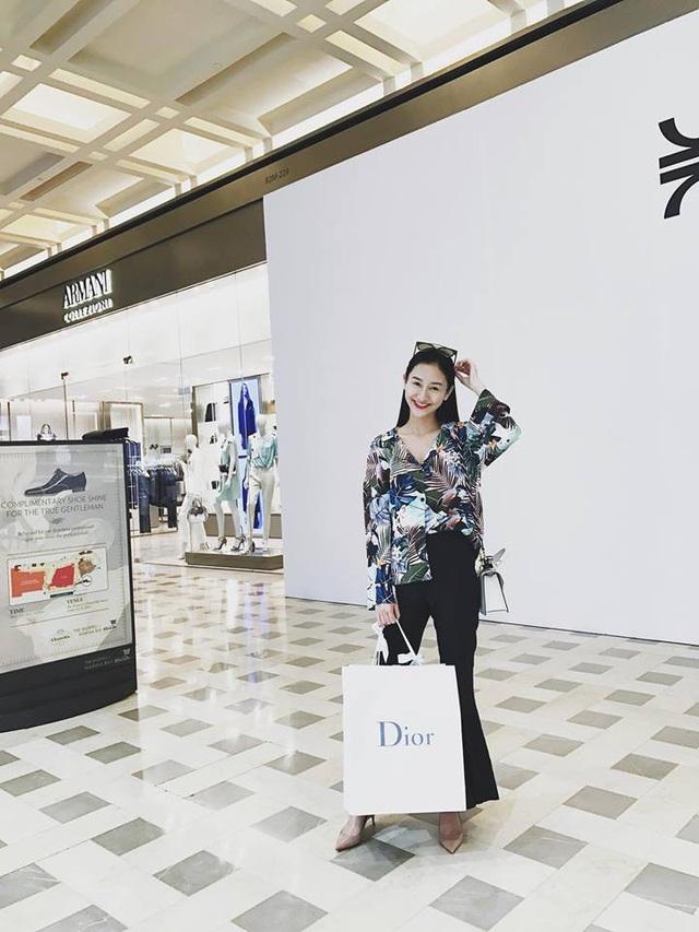 Trước ngày 8/3, á hậu Hà Thu cũng tự thưởng cho mình món quà thời trang với thương hiệu đắt đỏ.
