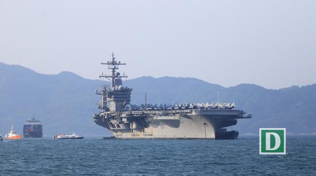 11h30 trưa 5/3, tàu sân bay USS Carl Vinson cùng tuần dương hạm USS Lake Champlain và tàu khu trục USS Wayne E.Meyer với hơn 6.000 thành viên thủy thủ đoàn đã vào đến vịnh Đà Nẵng