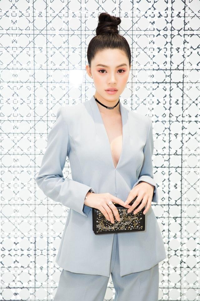 """Được biết đến với danh xưng """"nữ hoàng hàng hiệu"""", mới đây, Jolie Nguyễn tiếp tục chịu chơi khi diện bộ trang phục đắt đỏ. Chân dài vốn sở hữu thân hình nóng bỏng với số đo 3 vòng 88-58-90 cm."""