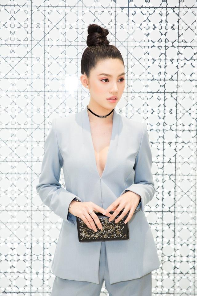 Chân dài diện bộ vest xanh pastel, lấp ló khoe vòng 1 quyến rũ. Nhiều lần, Jolie Nguyễn được so sánh với 2 hotgirl nổi tiếng là Michelle Phan và Lily Maymac vì vẻ sang chảnh sexy.
