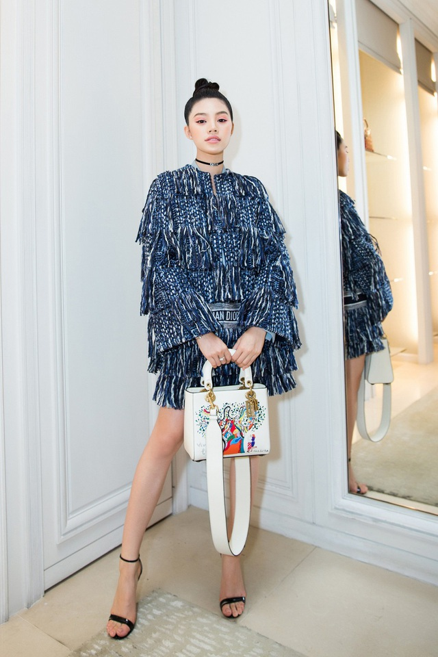 Ngay sau đó, Jolie Nguyễn tiếp tục thay đổi trang phục. Chiếc váy tua rua giúp Jolie Nguyễn khoe đôi chân dài cùng vẻ ngoài cá tính. Người đẹp kết hợp với choker kèm chiếc túi xách hiệu màu trắng. Cô nhận được nhiều lời khen ngợi cho độ chịu chơi cùng phong cách thời trang.