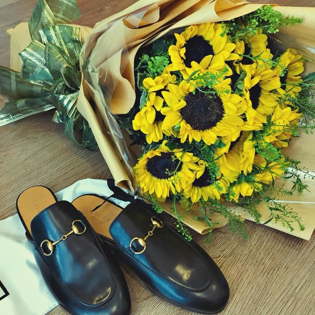 Khả Ngân khoe mớn quà bất ngờ cô nhận được trong ngày chính là đôi dép hàng hiệu cùng hoa vào ngày 8/3.