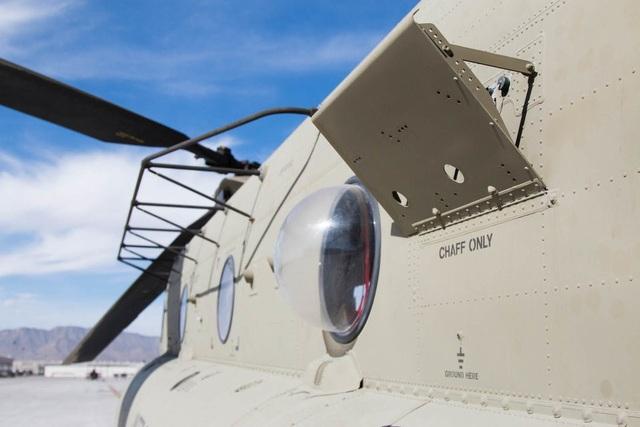 CH47-D Chinook cũng được gắn thiết bị cản sóng radar của đối phương.