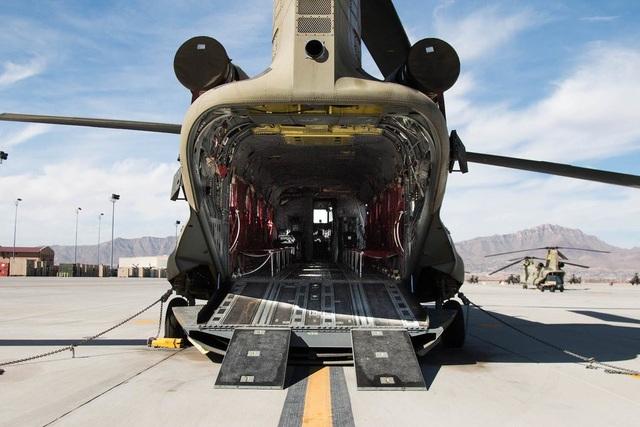 Cận cảnh phần thân rộng rãi phía sau của trực thăng CH47-D.