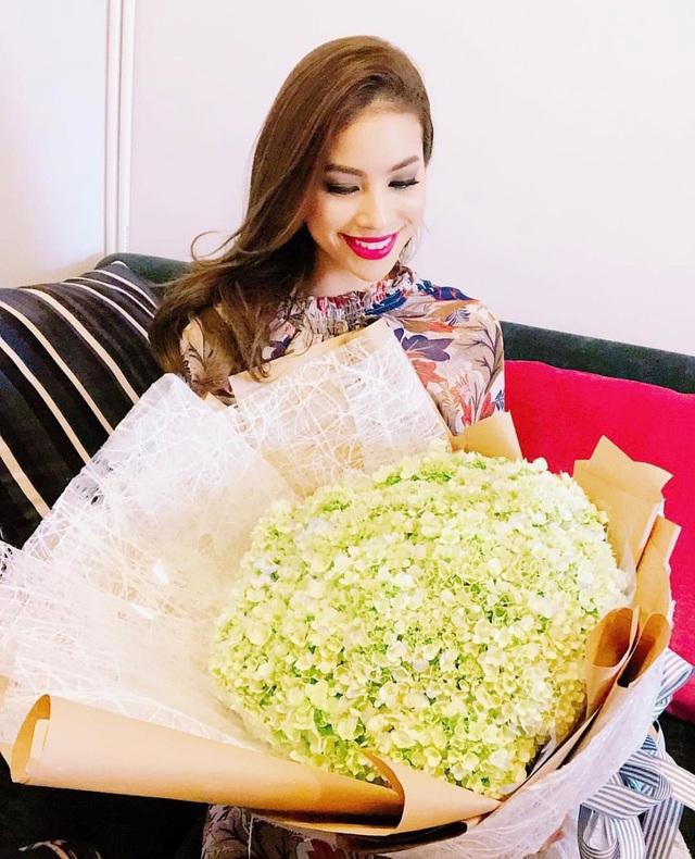 Hoa hậu Phạm Hương khoe bó hoa thật to cô được ê-kíp tặng trong ngày 8/3.