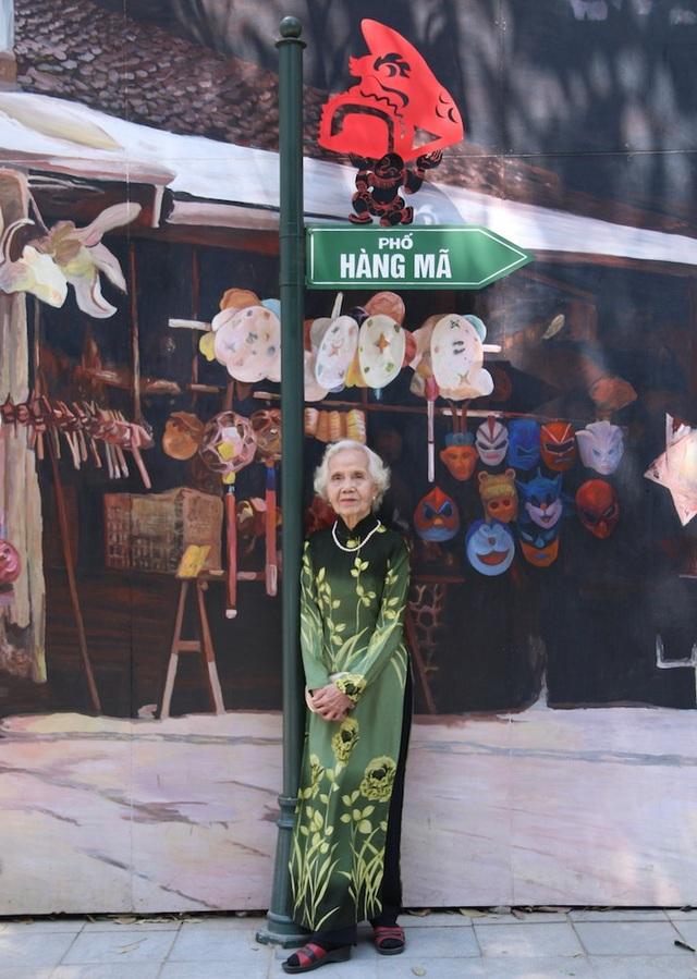 Bà Trịnh Thị Mùi (ở phố Thợ Nhuộm) được con gái cho đi dạo phố Phùng Hưng trong một ngày nắng đẹp ở Hà Nội. Ngắm nhìn những bức tranh này khiến tôi nhớ về thời bao cấp ở Hà Nội. Ngày đó tôi còn đi làm hàng ngày bằng tầu điện. Sáng sớm ra ga phố Huế lên tầu điện đi làm ở Chương Định, chiều lại từ Chương Định về nhà, khoảng thời gian đi đi về về ngày đó chỉ mất 20 phút, bà Mùi chia sẻ.